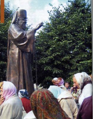 Памятник свт.Вениамину.