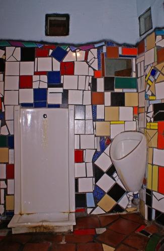 Вена. Туалет, сделанный в хундертвассеровской стилистике.